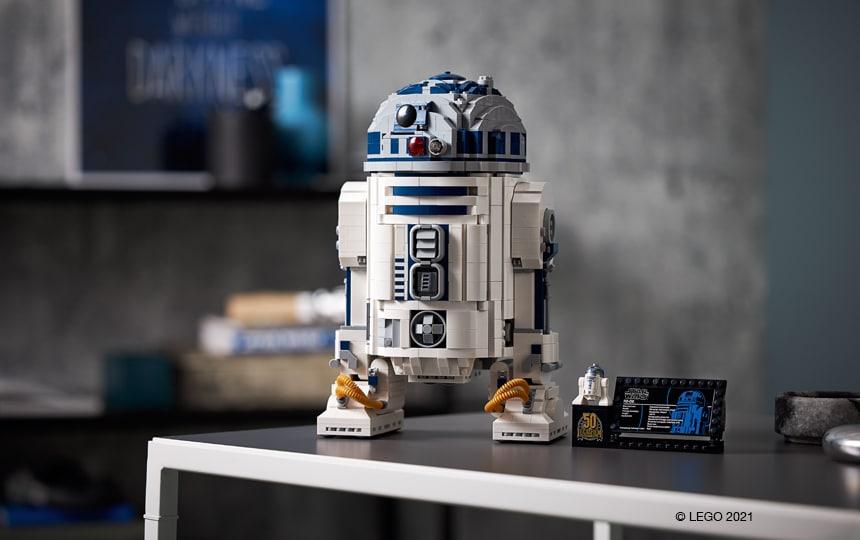 LEGO Star Wars droid R2-D2 na mizi.