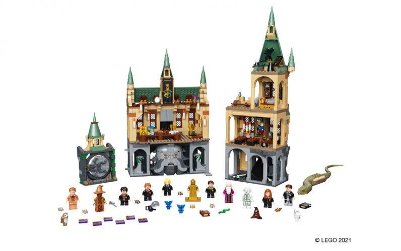 Velik set sestavljen iz treh delov. Pred njimi so minifigure: Harry Potter, Ginny Weasley, Mark Neelstin, Colin Creevey, Justin Finch, Luna Liubka, Slatan Sharmer, Albus Dumbledor, prof. Aurora Sinistra in skoraj brezglavi Nik.