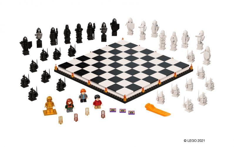 Šahovska plošča s črno belimi polji, okoli nje so postavljene črne in bele figure vojakov kot so v prizoru iz filma. Pred ploščo so minifigure Hermione, Rona in Harryja.