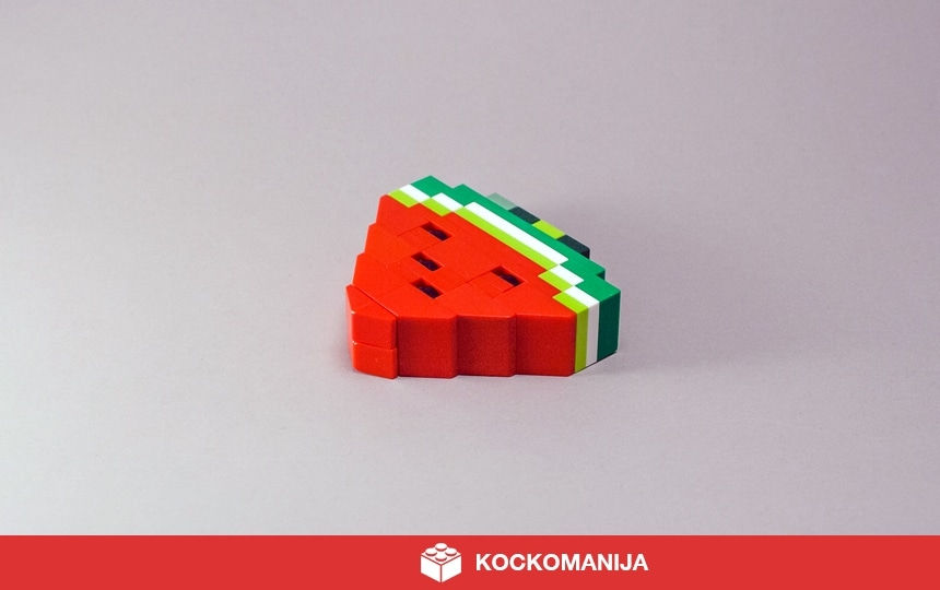 Kos lubenice iz LEGO kock. Črne pečke.