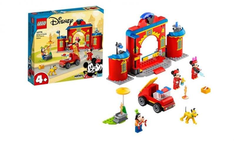 Miki in Mini Miška, Pepe in Pluto pred gasilsko postajo. V ozadju LEGO škatla s setom.