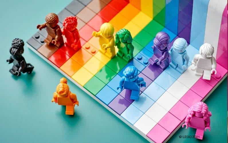 LEGO 40516 Everyone is Awesome minifigure se sprehajajo pred mavričnim zidom