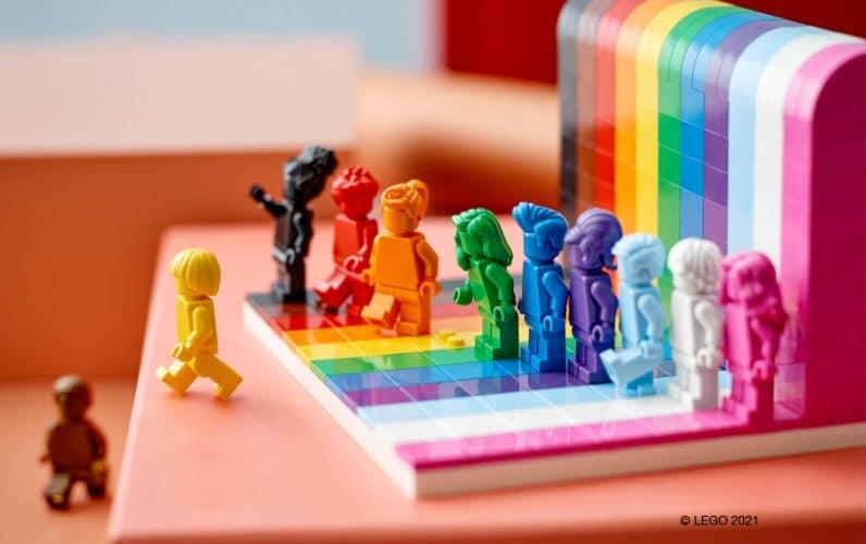LEGO 40516 Everyone is Awesome minifigure  pred mavričnim zidom na oranžni mizici
