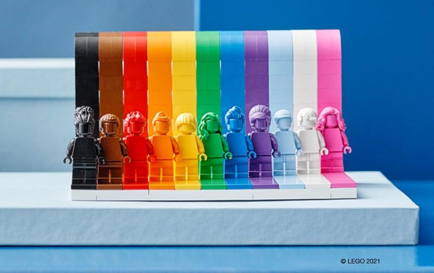 LEGO 40516 Everyone is Awesome minifigure stojijo v vrsti pred mavrično steno