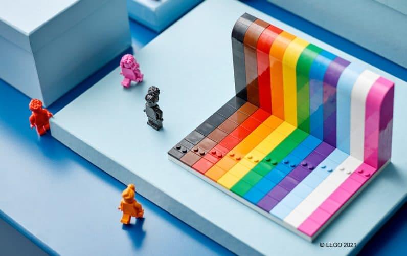 LEGO 40516 Everyone is Awesome minifigure prosto pred mavričnim zidom na modri mizici