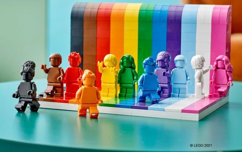 LEGO 40516 Everyone is Awesome minifigure pred mavričnim zidom iz lego kock se sprehajajo