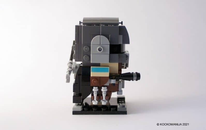 LEGO BrickHeadz Mandalorian od strani. V roki drži fazer.