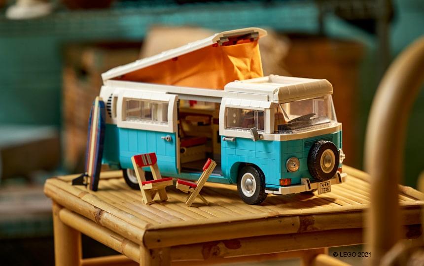 LEGO 10279 Volkswagen T2 Camper Van na stolu z dvignjeno streho