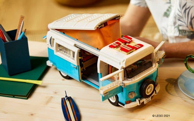 LEGO 10279 Volkswagen T2 Camper Van z odprtimi drsnimi vrati, dvignjeno streho in surfom