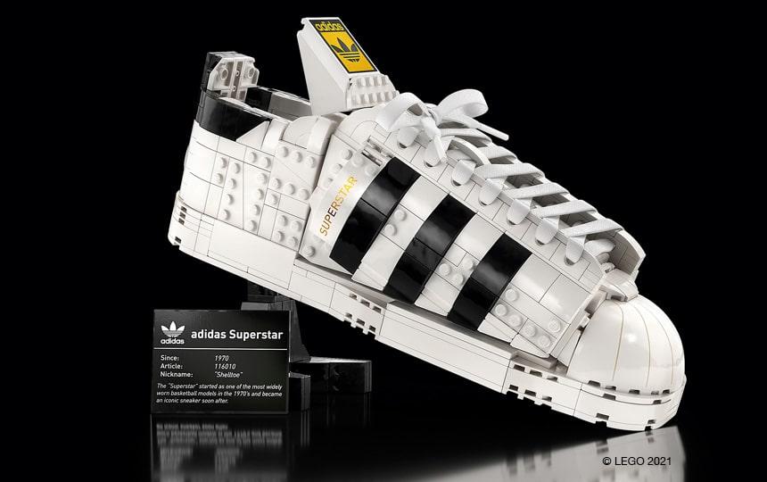 Adidas Originals Superstar superge iz LEGO kock pred črnim ozadjem, na podstavku