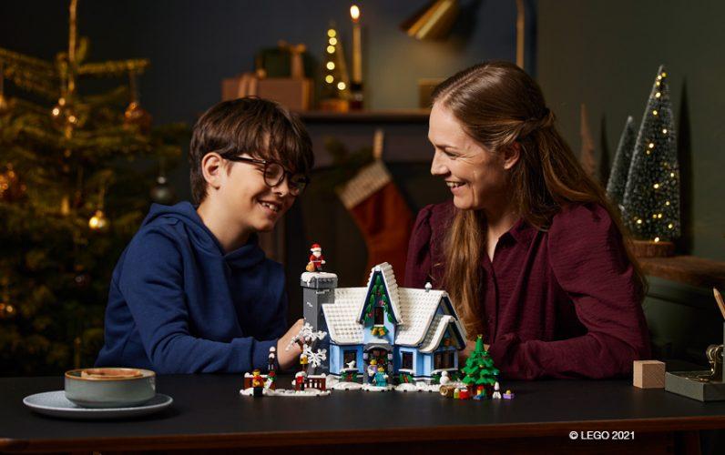 LEGO 10293 Bozickov obisk LEGO hisica iz kock v ozadju sin in mama